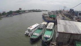 Φορτηγά πλοία που ελλιμενίζονται στον τεράστιο ποταμό Pasig για να ξεφορτώσει τα αγαθά τους απόθεμα βίντεο