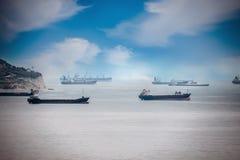 Φορτηγά πλοία στο λιμένα Περιμένουν τα αγαθά και τους πόρους που φορτώνονται στοκ εικόνα με δικαίωμα ελεύθερης χρήσης