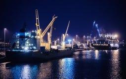 Φορτηγά πλοία τη νύχτα στις βιομηχανικές αποβάθρες στοκ φωτογραφία με δικαίωμα ελεύθερης χρήσης