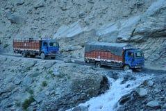 Φορτηγά που διασχίζουν το πέρασμα Rohtang Στοκ Εικόνες