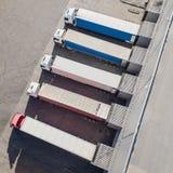 Φορτηγά που ξεφορτώνουν στο κέντρο logostics στοκ φωτογραφία