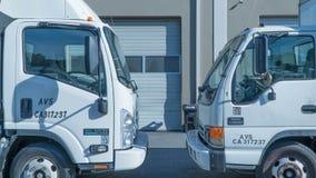 Φορτηγά που σταθμεύουν σε μια αποθήκη εμπορευμάτων Στοκ Φωτογραφία