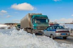 Φορτηγά που σταματούν στην εθνική οδό μετά από τη θύελλα ισχυρής χιονόπτωσης Στοκ εικόνες με δικαίωμα ελεύθερης χρήσης