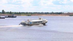 Φορτηγά πλοία, πανί επιβατηγών πλοίων στον ποταμό στη θερινή ημέρα απόθεμα βίντεο