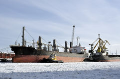 Φορτηγά πλοία που δένονται στο λιμένα στο χειμώνα Στοκ εικόνα με δικαίωμα ελεύθερης χρήσης