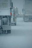 Φορτηγά στη χειμερινή εθνική οδό κατά τη διάρκεια της χιονοθύελλας Στοκ φωτογραφία με δικαίωμα ελεύθερης χρήσης