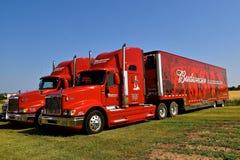 Φορτηγά της Budweiser για τη μεταφορά του Clysdales και των προμηθειών Στοκ Εικόνες