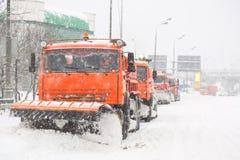Φορτηγά Snowplow που αφαιρούν το χιόνι στην οδική οδό κατά τη διάρκεια της χιονοθύελλας χιονοθύελλας στη Μόσχα, Ρωσία Στοκ Φωτογραφίες