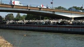 Φορτηγίδα καναλιών που μεταφέρει τα απόβλητα μετάλλων απόθεμα βίντεο