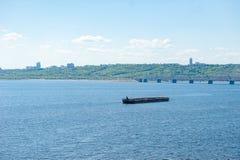 Φορτηγίδα στον ποταμό του Βόλγα στο Ουλιάνοφσκ, Ρωσία στοκ εικόνα