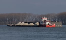 Φορτηγίδες που φέρνουν το αμμοχάλικο στον ποταμό Δούναβη Στοκ Εικόνες