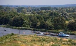 Φορτηγίδα σε έναν ποταμό Στοκ Φωτογραφίες