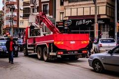 Φορτηγό ανελκυστήρων στην κυκλοφορία της πόλης Cinarcik Στοκ Εικόνες