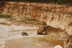 Φορτηγό λατομείων και εργασίες μηχανών εκσκαφέων λατομείων στη μεταλλεία ασβεστόλιθων Στοκ Εικόνες