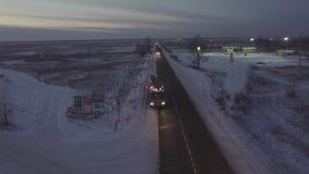 Φορτηγό βενζίνης που κινείται κατά μήκος της άκρης του δρόμου στην άποψη κηφήνων χειμερινών εθνικών οδών απόθεμα βίντεο