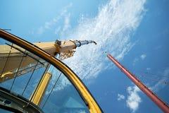 Φορτηγό γερανών με το φορτίο στον ουρανό στοκ εικόνες με δικαίωμα ελεύθερης χρήσης