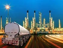 Φορτηγό εμπορευματοκιβωτίων πετρελαίου και όμορφος φωτισμός του διυλιστηρίου πετρελαίου στοκ φωτογραφία