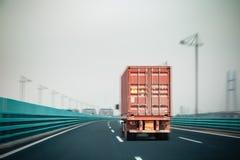 Φορτηγό εμπορευματοκιβωτίων στη γέφυρα στοκ φωτογραφία με δικαίωμα ελεύθερης χρήσης
