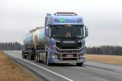 Φορτηγό δεξαμενών Scania επόμενης γενιάς με το φραγμό του Bull Στοκ φωτογραφίες με δικαίωμα ελεύθερης χρήσης