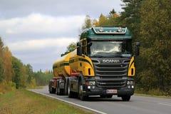 Φορτηγό δεξαμενών Scania R500 V8 στο δρόμο φθινοπώρου Στοκ Εικόνα