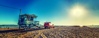 Φορτηγό και καλύβα Lifeguard στην παραλία της Βενετίας στοκ φωτογραφία με δικαίωμα ελεύθερης χρήσης