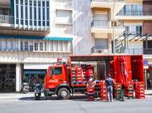 Φορτηγό με τα κιβώτια του κόκα κόλα στην οδό της Σεβίλλης Στοκ Φωτογραφίες