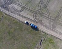 Φορτηγό με τις δεξαμενές φυτοφαρμάκων για το ξαναγέμισμα του τρακτέρ ψεκασμού Στοκ Εικόνες