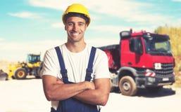 Φορτηγό με τον ισχυρό λατινοαμερικάνικο εργάτη οικοδομών στοκ εικόνα