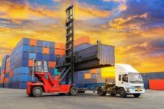 Φορτηγό με το βιομηχανικό φορτίο εμπορευματοκιβωτίων για τη λογιστική εισαγωγή-εξαγωγή στοκ φωτογραφία
