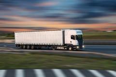 Φορτηγό με το εμπορευματοκιβώτιο στο δρόμο, έννοια μεταφορών φορτίου στοκ φωτογραφία