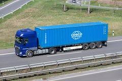 Φορτηγό με το εμπορευματοκιβώτιο COSCO στοκ φωτογραφία