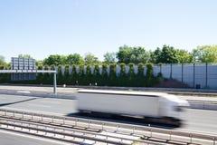 Φορτηγό μπροστά από έναν σύγχρονο τοίχο προστασίας θορύβου Στοκ εικόνες με δικαίωμα ελεύθερης χρήσης