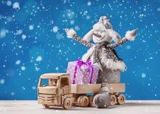 Φορτηγό παιχνιδιών με τα δώρα και το χιονάνθρωπο Χριστουγέννων Στοκ εικόνες με δικαίωμα ελεύθερης χρήσης