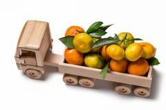 Φορτηγό παιχνιδιών με τις κλημεντίνες και tangerines για τα Χριστούγεννα Στοκ εικόνα με δικαίωμα ελεύθερης χρήσης