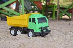 Φορτηγό παιχνιδιών στην άμμο Παιχνίδι παιδιών ` s Στοκ φωτογραφία με δικαίωμα ελεύθερης χρήσης