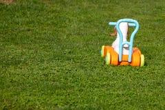 Φορτηγό παιχνιδιών στη χλόη, εγκαταλειμμένο παιχνίδι στοκ εικόνα