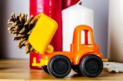 Φορτηγό παιχνιδιών με τον κώνο Στοκ φωτογραφία με δικαίωμα ελεύθερης χρήσης