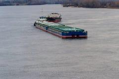 Φορτηγό πλοίο και φορτηγίδα που πλέουν με τον ποταμό Dnieper Στοκ εικόνα με δικαίωμα ελεύθερης χρήσης