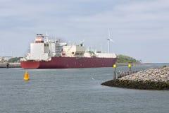 Φορτηγό πλοίο που δένεται στο ολλανδικό λιμάνι Ρότερνταμ, μεγαλύτερος θαλάσσιος λιμένας Ευρώπη Στοκ Φωτογραφίες
