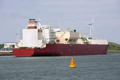 Φορτηγό πλοίο που δένεται στο ολλανδικό λιμάνι Ρότερνταμ, μεγαλύτερος θαλάσσιος λιμένας Ευρώπη Στοκ Φωτογραφία