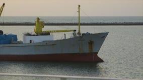 Φορτηγό πλοίο που πλέει στην αποβάθρα, Κόνακρι, Γουινέα φιλμ μικρού μήκους