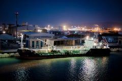 Φορτηγό πλοίο σε μια βιομηχανική αποβάθρα στοκ φωτογραφίες με δικαίωμα ελεύθερης χρήσης