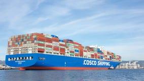 Φορτηγό πλοίο COSCO ΠΟΥ ΣΤΈΛΝΕΙ τα ΙΜΑΛΆΙΑ που μπαίνουν στο λιμένα του Όουκλαντ στοκ εικόνες