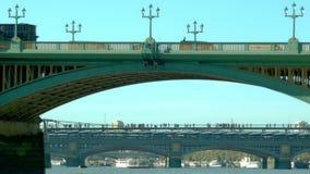 Φορτηγό που δίνει τη γέφυρα Southwark απόθεμα βίντεο