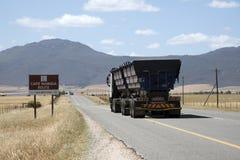 Φορτηγό που ταξιδεύει στην εθνική οδό S Αφρική της Ναμίμπια ακρωτηρίων Στοκ εικόνα με δικαίωμα ελεύθερης χρήσης