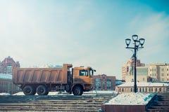 Φορτηγό που φορτώνεται με το χιόνι Μηχανή για το χιόνι σε μια οδό πόλεων στοκ φωτογραφία με δικαίωμα ελεύθερης χρήσης