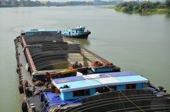 Φορτηγό πλοίο βαρκών φορτηγίδων και ρυμουλκών στον ποταμό Choaphraya σε Ayutthaya Ταϊλάνδη Στοκ Εικόνες