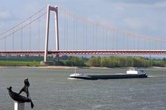 Φορτηγό πλοίο, γέφυρα αναστολής, ποταμός Ρήνος Στοκ εικόνα με δικαίωμα ελεύθερης χρήσης