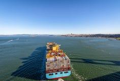 Φορτηγό πλοίο εμπορευματοκιβωτίων που μπαίνει στον κόλπο του Σαν Φρανσίσκο - Σαν Φρανσίσκο, Καλιφόρνια, ΗΠΑ Στοκ φωτογραφία με δικαίωμα ελεύθερης χρήσης