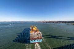 Φορτηγό πλοίο εμπορευματοκιβωτίων που μπαίνει στον κόλπο του Σαν Φρανσίσκο - Σαν Φρανσίσκο, Καλιφόρνια, ΗΠΑ Στοκ Εικόνες